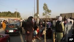 Uyarılara rağmen binlerce kişi havalimanının giriş kapıları civarında beklemeye devam ediyor.