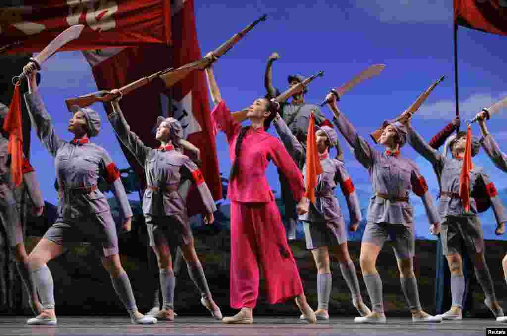 2009年9月26日,为庆祝中华人民共和国建立60周年,中国芭蕾舞团在天津表演芭蕾舞剧《红色娘子军》。该剧在2018年初成为新闻, 版权案败诉的被告中央芭蕾舞团和法院互相抨击。这个舞剧在中国文革时期红极一时,被认为是江青培育的8个革命样板戏之一。在文革后一度沉沦,后来复出。中国和海外华人各派舆论对该剧毁誉纷纷。