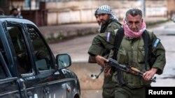 Pejuang Kristen melakukan penjagaan di Tel Tamr, Suriah (foto: dok). Sebagian warga Asiria bergabung dengan milisi Kurdi melawan ISIS.