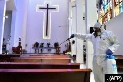 Sebuah gereja di Beirut sedang disinfektasi pada 5 Maret 2020. (Foto: AFP)