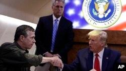 Kuzey Carolina Valisi Roy Cooper ve ABD Başkanı Donald Trump