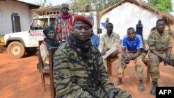 중앙아프리카공화국의 셀레카 반군을 이끄는 크리스티앙 주마 나르코요. 지난 1월 반군들과 사진을 촬영했다.
