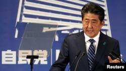 아베 신조 일본 총리가 이끄는 자민당이 중의원 선거에서 압승을 거둔 뒤 23일 선거본부에서 가진 기자회견에서 북한 문제에 대한 입장을 밝히고 있다.