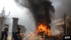 示威者冲进布基纳法索议会,点燃了议会大楼(2014年10月30日)