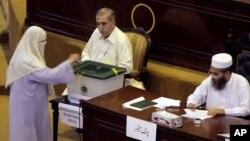 30일, 파키스탄 국회의원들이 새로운 대통령 선출을 위한 투표를 하는 모습.