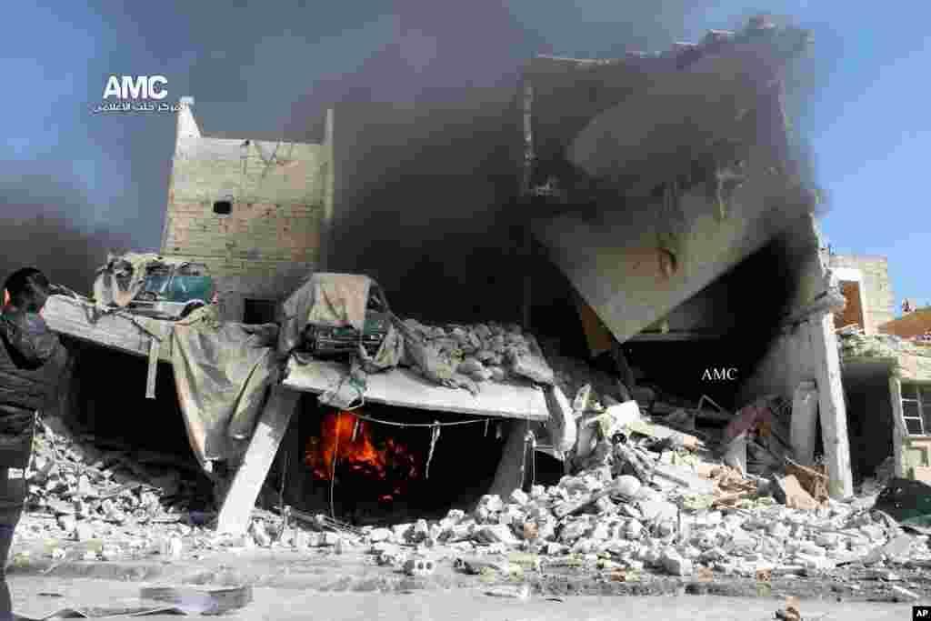 بقایای ساختمانی ویران شده پس از حمله نیروهای هوایی دولتی به حلب. ۲۲ دسامبر