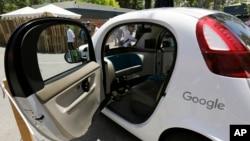 Salah satu mobil swakemudi yang dikembangkan oleh Google dipamerkan di Mountain View, California (foto: dok).