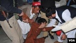 Seorang anak laki-laki histeris setelah kehilangan anggota keluarganya dalam pemboman di Pakistan barat laut (27/2).