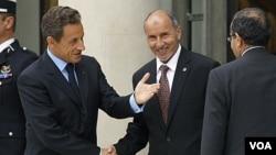 Presiden Perancis Nicolas Sarkozy (kiri) menyambut Mustafa Abdel Jalil (tengah), Ketua NTC, sebelum pertemuan internasional membahas masa depan Libya di istana Elysee, Paris (1/9). Pemerintah Indonesia telah secara resmi memberikan dukungan bagi NTC.