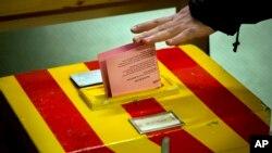 Seorang pemilih di Jenewa, Swiss memberikan suaranya dalam jajak pendapat mengenai imigrasi negara itu (9/2). (AP/Anja Niedringhaus)
