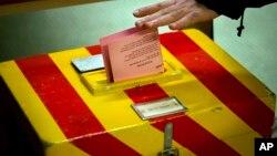 一位瑞士选民在一处临时投票站就限制移民的公投议案投下自己的一票。(2014年2月9日)