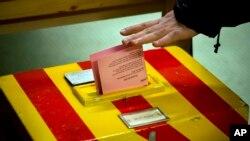 Para pemilih di Swiss hari Minggu (18/5) menolak usulan upah minimum tertinggi di dunia (foto: dok).