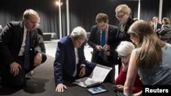 El secretario de Estado, John Kerry, y miembros de la delegación estadounidense en Lausana, Suiza ven el discurso del presidente Obama sobre el acuerdo con Irán.