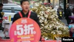 Sầu riêng được bày bán bên ngoài một tiệm trái cây ở Trung Quốc.