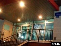 Prazno mjesto sa lijeve strane pored ulaznih vrata, gdje je do 10. decembra stajala ploča sa imenom haškog osuđenika za ratne zločine Radovana Karadžića.