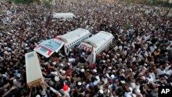 巴基斯坦逊尼派穆斯林在拉瓦尔品第抬棺示威。(2013年11月17日)