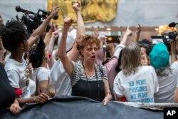 La actriz Susan Sarandon, participa en una protesta de mujeres en Washington DC contra la política de cero tolerancia en inmigración de la administración Trump. Junio 28 de 2018.