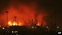 가스 누출로 인한 폭발로 검은 연기와 화염이 치솟는 베네수엘라 아무에이 정유 공장