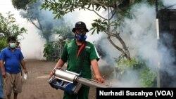 Petugas melakukan fogging di salah satu kawasan di Sleman, DIY (foto: VOA/Nurhadi Sucahyo)