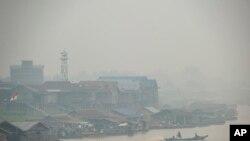 រូបឯកសារ៖ ផ្សែងពីភ្លើងឆេះព្រៃគ្របដណ្តប់លើភូមិដែលនៅតាមបណ្តោយទន្លេ Kahayan នៅក្នុងក្រុង Palangkaraya នៃខេត្ត Central Kalimantan ប្រទេសឥណ្ឌូនេស៊ី នៅថ្ងៃ ទី ២០ ខែកញ្ញា ឆ្នាំ ២០១៩។