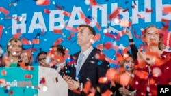Алексей Навальный (в центре) со своей супругой Юлией (слева). Москва, Россия. 24 декабря 2017 г.