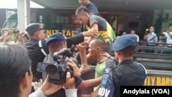Aparat Polisi Polda Riau melakukan penangkapan narapidana yang melarikan diri dari rutan Sialang Bungkuk Pekanbaru Riau Kamis 5 Mei 2017. (Foto: VOA/Andylala-Istimewa)