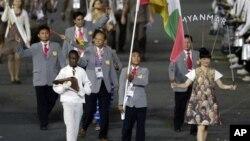 အိုလံပစ္ဖြင့္ပဲြ ျမန္မာအဖဲြ႔ကုိယ္စားျပဳ အလံေတာ္ကို သယ္ေဆာင္လာစဥ္။ (ဇူလိုင္လ ၂၇ ရက္၊ ၂၀၁၂။)