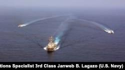 Razarač naoružan vođenim raketama Ju-es-es Mejson (DDG 87) tokom formacijske vežbe sa partolnim čamcima klase Sajklon u Arabijskom moru septembra 2016.