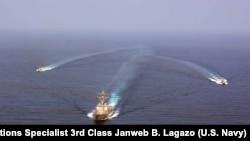 美军导弹驱逐舰梅森号与飓风级近海巡逻艇暴风雨号和美军巡逻艇暴风号在阿拉伯海进行军演。(2016年9月10日)