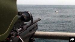 Một biệt kích của Thổ Nhĩ Kỳ chĩa súng về các tên cướp biển bị bao vây ở Vịnh Eden năm 2009.