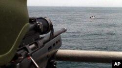 나토 소속으로 소말리아 인근 아덴만에 파견된 터키 특수부대원이 포위된 해적들을 향해 총을 겨누고 있다.