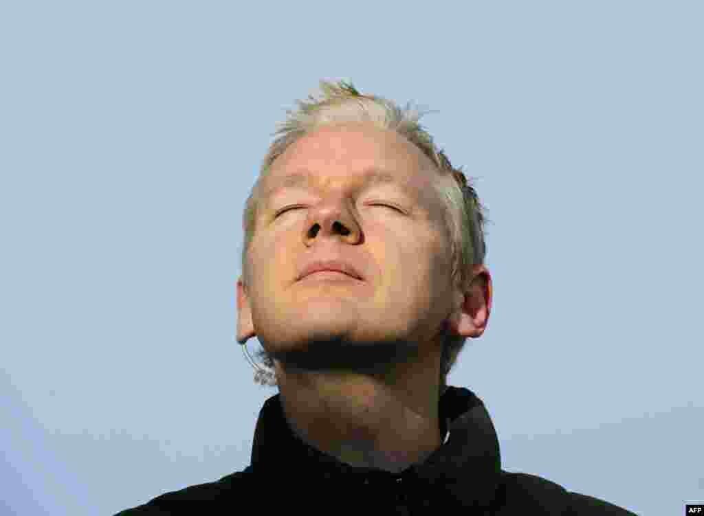 """""""WikiLeaks"""" təsisçisi Culian Assanj dekabr 17-də İngiltərənin Norfolk şəhərindəki Ellington Zalı qarşısında mətbuata açıqlama verərkən nəfəsini dərir. Böyük Britaniya hakimi onu 200 000 funt sterlinq (317 000 dollar) müqabilində zaminə buraxıb."""