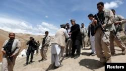 하미드 카르자이 아프가니스탄 대통령(가운데)이 7일 산사태 피해 지역인 바다크샨주를 방문하고, 피해 주민들을 위로했다.