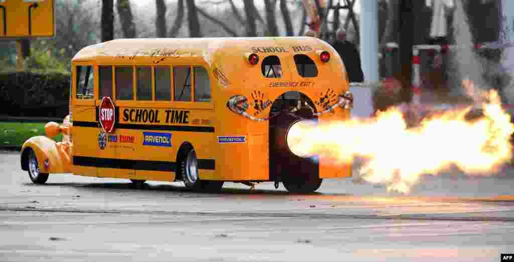 លោក Gerd Habermann អ្នករចនារថយន្ត «School Bus Jet» បានបង្ហាញស្នាដៃផ្ទាល់ខ្លួននៅក្នុងកម្មវិធី Essen Motor Show ទីក្រុង Essen ភាគខាងលិចប្រទេសអាល្លឺម៉ង់។