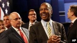 Ông Ben Carson, thứ hai từ phải sang, chờ xem cuộc tranh luận tổng thống lần ba giữa bà Hillary Clinton và ông Donald Trump ở Las Vegas, 19/10/2016.