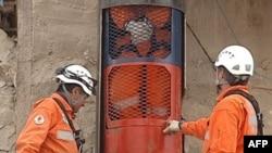 Các giới chức cho biết sẽ mất từ 10 đến 15 phút để cho khoang cứu hộ từ dưới hầm trở lên mặt đất nhưng lại mất nhiều thời giờ hơn để đưa khoang trở lại dưới hầm sâu