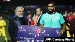 اویس عزیزی به خاطر بهترین کارکردگی اش در رقابت با تیم فلسطین، لقب بهترین بازیکن میدان را گرفت
