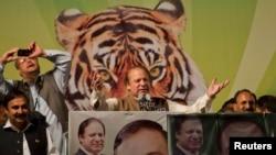 Nawaz Sharif (tengah), pemimpin partai liga Muslim Pakistan-Nawaz (PML-N), dalam kampanye di Islamabad (Foto: dok). Para analis memperkirakan mantan PM Pakistan ini akan memenangkan Pemilu Parlemen Pakistan, yang akan digelar Sabtu (11/5) ini.