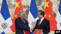 中多两国外长2018年5月1日签署建交联合公报(法新社)
