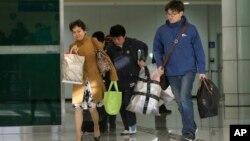 Beberapa warga Korea Selatan yang bekerja di kompleks industri bersama Kaesong, kembali ke Korea Selatan (April 2013).