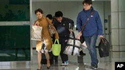 지난해 4월 개성공단 관계자들이 판문점을 통해 한국으로 귀환하고 있다. (자료사진)