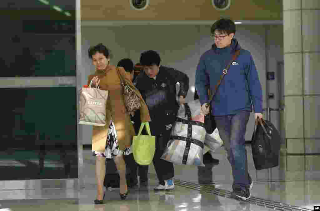 개성공단 운영이 잠정 중단된 가운데 9일 경기도 파주시 경의선 남북출입사무소에서 공단 근로자들이 귀환하고 있다.