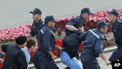 Belarusian policemen detain protesters during the 'Revolution via social network' protest in Minsk, June 22, 2011
