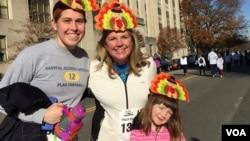 美国首都华盛顿居民为慈善参加感恩节徒步行走。(2015年11月26日 美国之音记者杨晨拍摄)