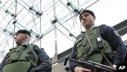 身穿防弹衣的警察守卫在柏林火车站主要入口处