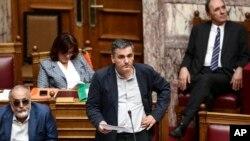 Bộ trưởng Tài chính Hy Lạp Euclid Tsakalotos (giữa) trong một phiên họp quốc hội ở Athens, ngày 22 tháng 5, 2016.