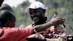 Pierre Nkurunziza, président actuel du Burundi et du CNDD-FDD Parti, salue un partisan lors de sa campagne électorale à Gatumba, 20 km à l'extérieur de la capitale du Burundi, Bujumbura, le Jeudi 24 Juin 2010.