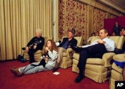 Chelsea Clinton dan Socks, kucingnya, ikut nonton Super Bowl di bioskop pribadi Gedung Putih.