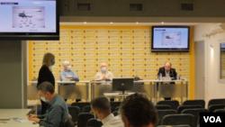 Srećko Mihajlović i Zoran Panović predstavljaju istraživanje agencije Demostat o koronavirusu, u Medija centru u Beogradu 30. oktobra 2020. (Foto: VOA)