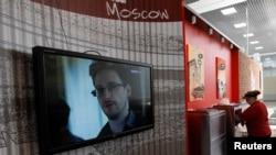 La imagen de Snowden aparece en una de las pantallas ubicadas en la zona de tránsito del aeropuerto internacional de Moscú, donde Rusia dijo que se hallaba el estadounidense.